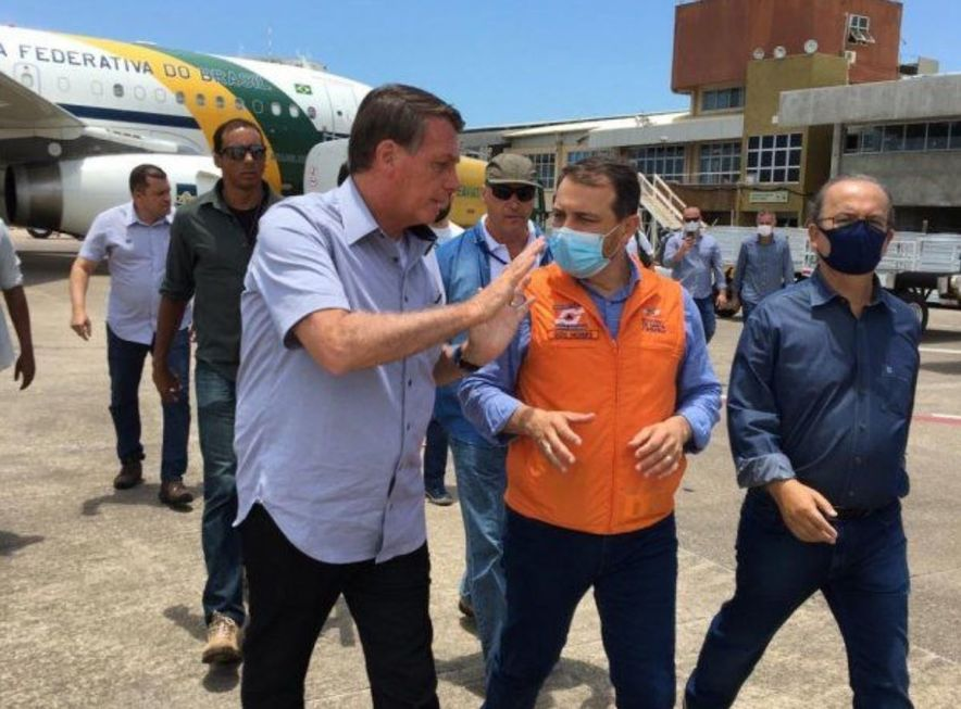 Bolsonaro sobrevoa região atingida por temporal em SC