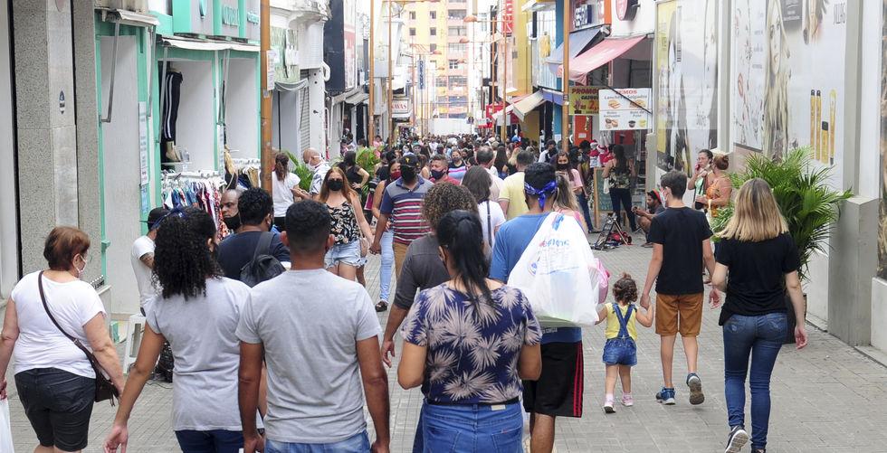 Consumidores lotam as lojas do centro para realizar as compras de última hora