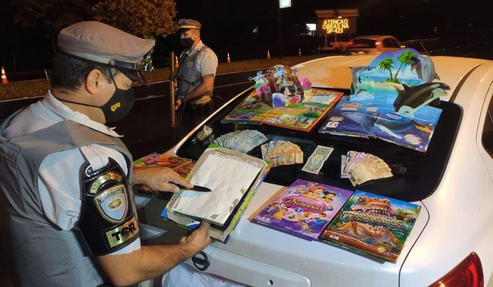 Livros infantis são usados para o transporte de drogas
