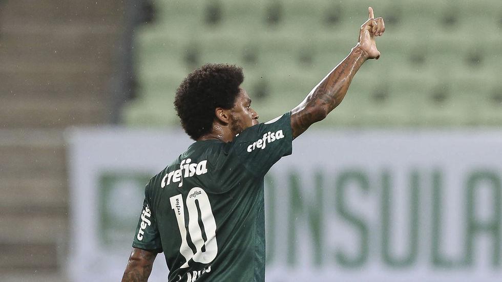Luiz Adriano volta e marca gol