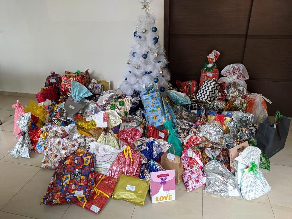 Ação social entrega presentes a crianças