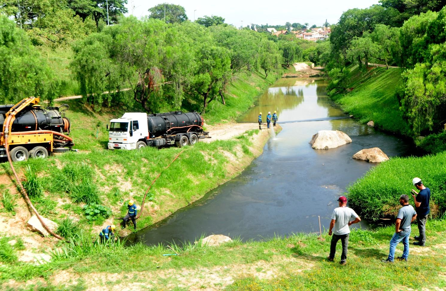 Moradores registram morte de peixes em lago no Campolim