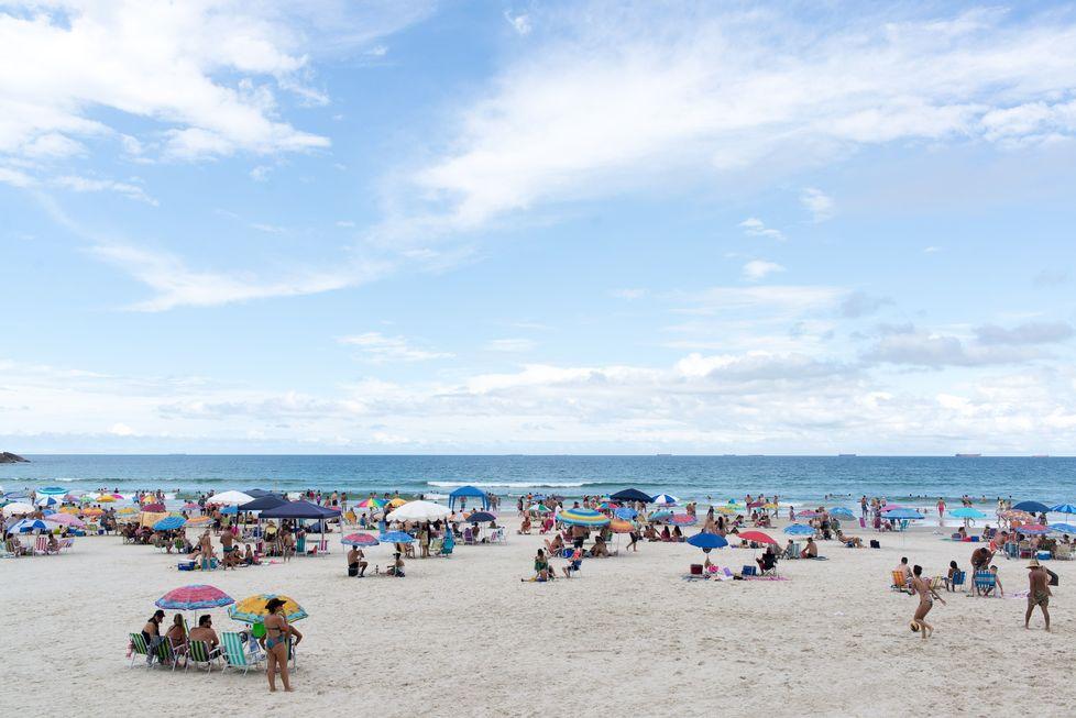 Apesar de restrições, litoral paulista tem praias lotadas