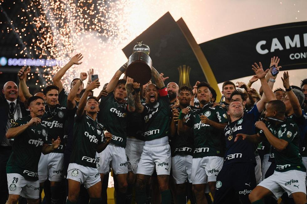 Jogadores do Palmeiras erguem a taça de campeão da Libertadores no Maracanã. Credito da foto: AFP