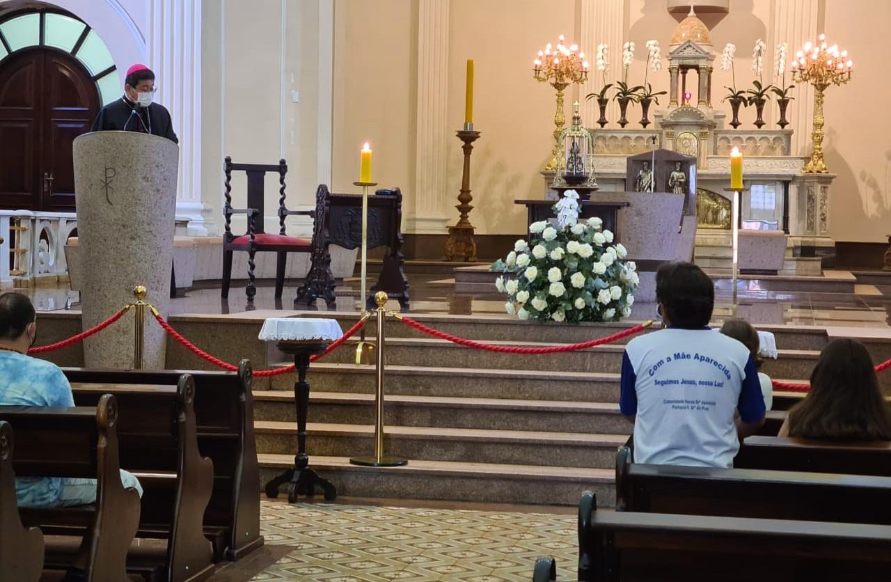 Arcebispo Dom Julio Endi Akamine faz oração na catedral de Sorocaba após a chegada da imagem de Nossa Senhora Aparecida. Crédito da Foto: Cortesia / Padre Tadeu Rocha Moraes