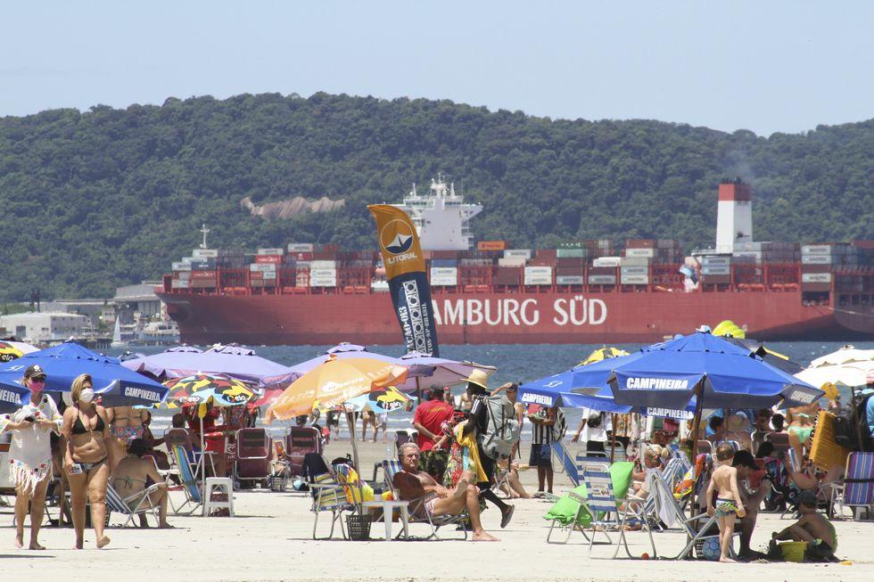 Barreiras e fiscalização não afastam banhistas do litoral