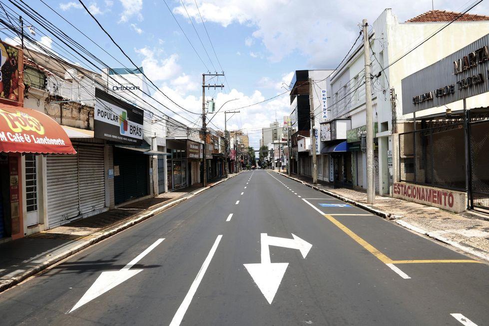 Mais cidades adotam medidas restritivas