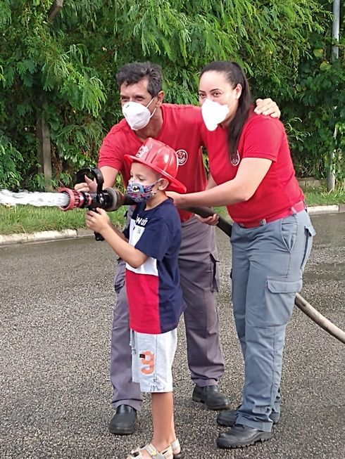 Policiais, bombeiros e coletores são ídolos das crianças