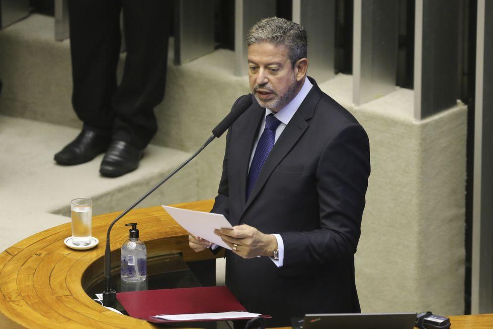 Arthur Lira preside da Câmara.