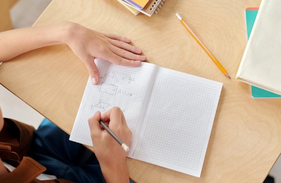 Estudante com caderno em sala de aula na escola.