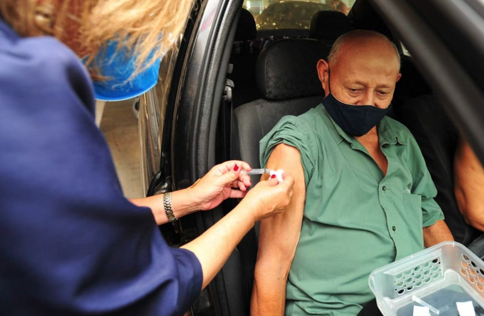 Idosos com 85 anos ou mais recebem a vacina contra a Covid-19 em em sistema drive thru em Sorocaba. Crédito da foto: Pedro Negrão (11/02/2021)