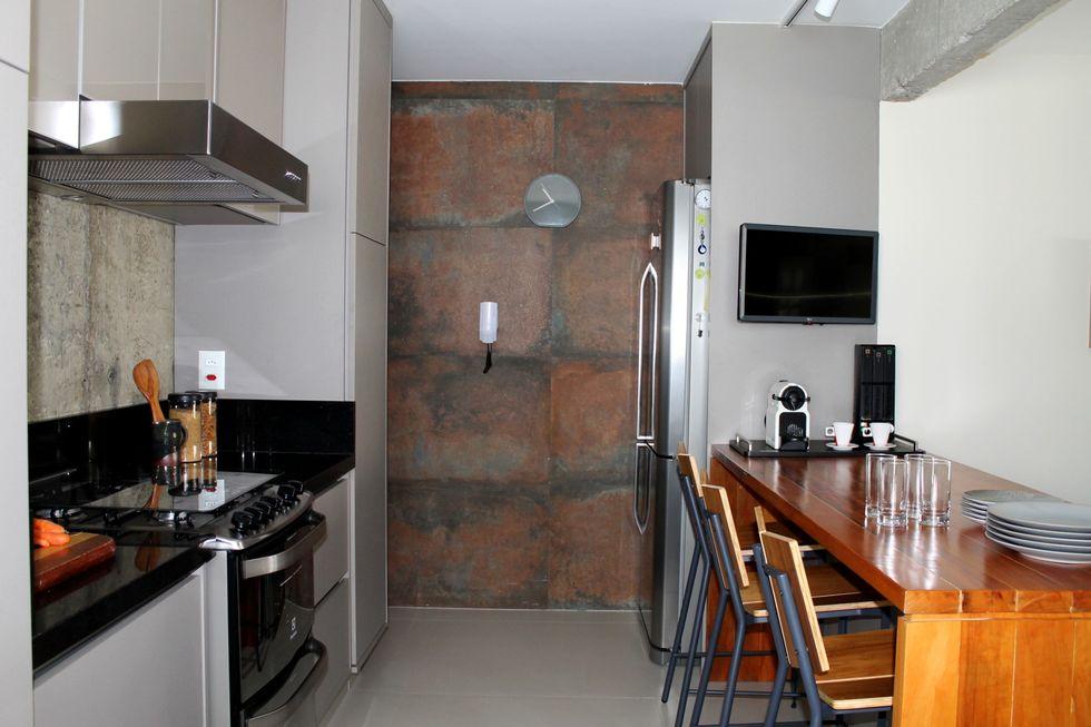 Concreto aparente e outros materiais atualizaram o apartamento paulistano