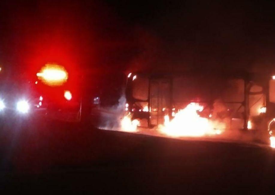 Homens rendem motorista e incendiam micro-ônibus