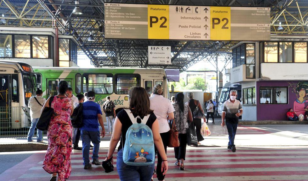 Número de passageiros de ônibus cai 49,3%