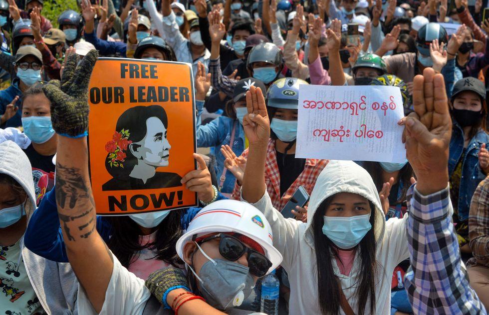 Religiosos se juntam a protestos em Mianmar