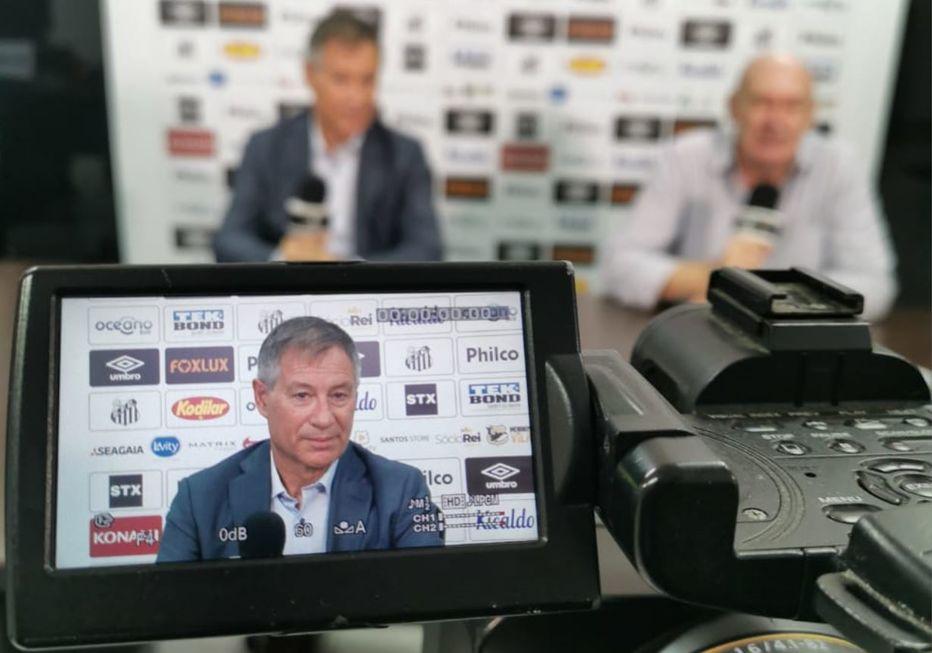 Santos apresenta Ariel Holan como novo técnico da equipe