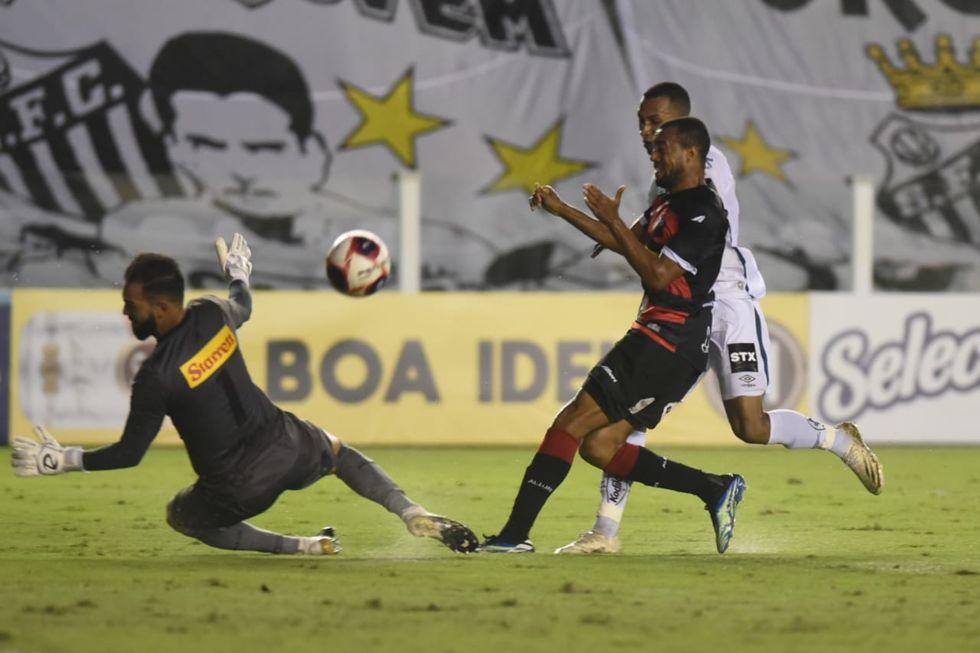 Santos consegue a primeira vitória