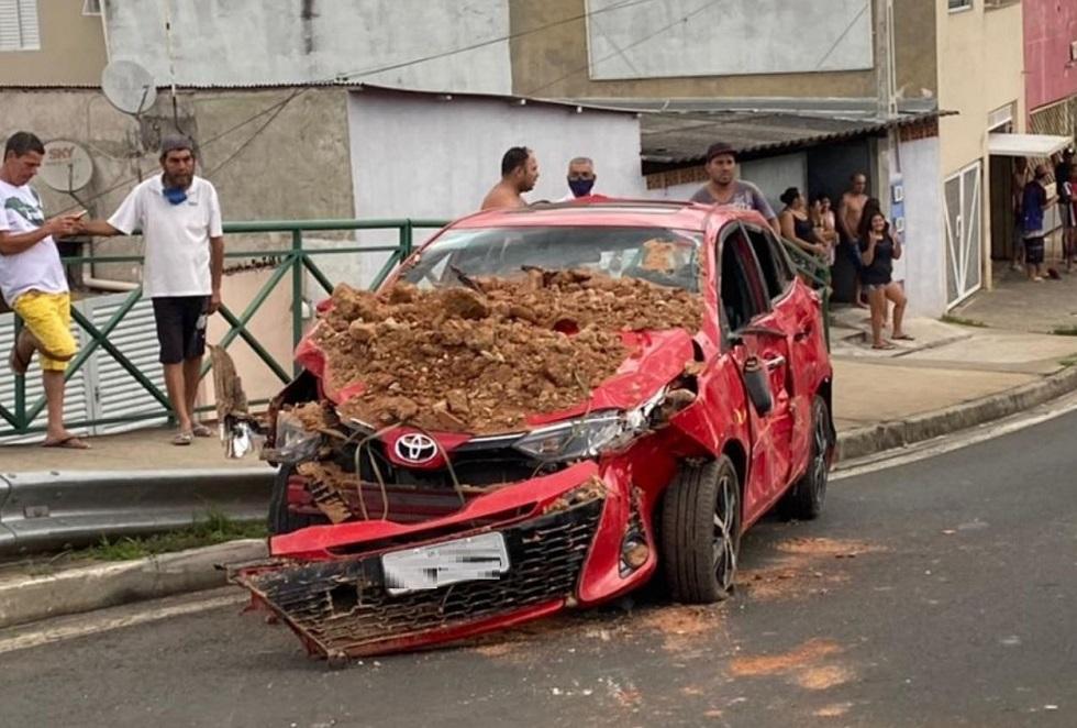 Caminhão e dois carros colidem, na J.J. Lacerda