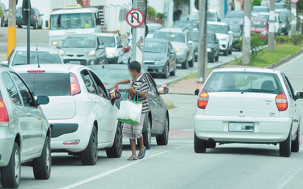 Crianças continuam nos semáforos da cidade