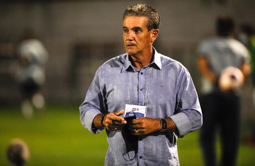 Técnico Paulo Roberto Santos.