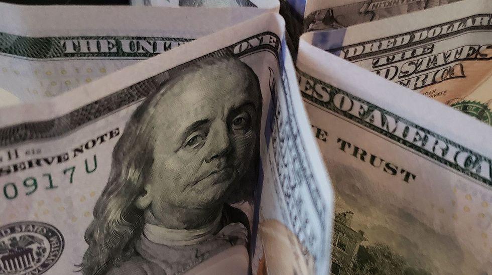 Dólar fecha no maior valor em duas semanas