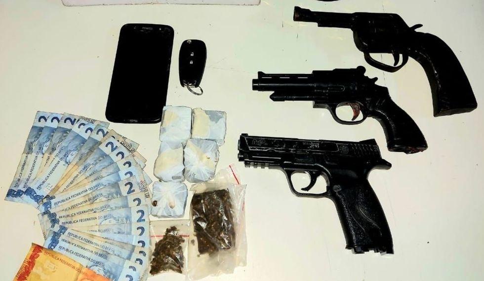 Grupo tinha armas falsas e droga