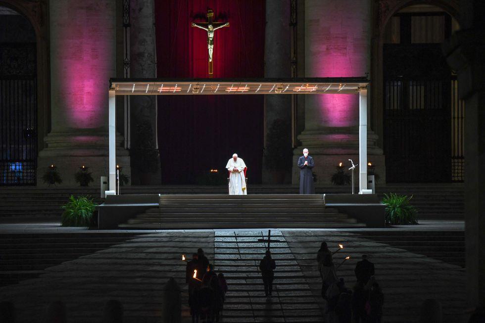 Papa preside Via Crucis sem público