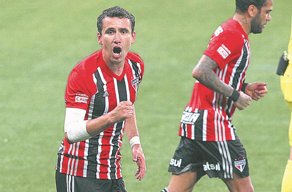 Sem pressa e sem muito esforço, São Paulo passa pelo Palmeiras