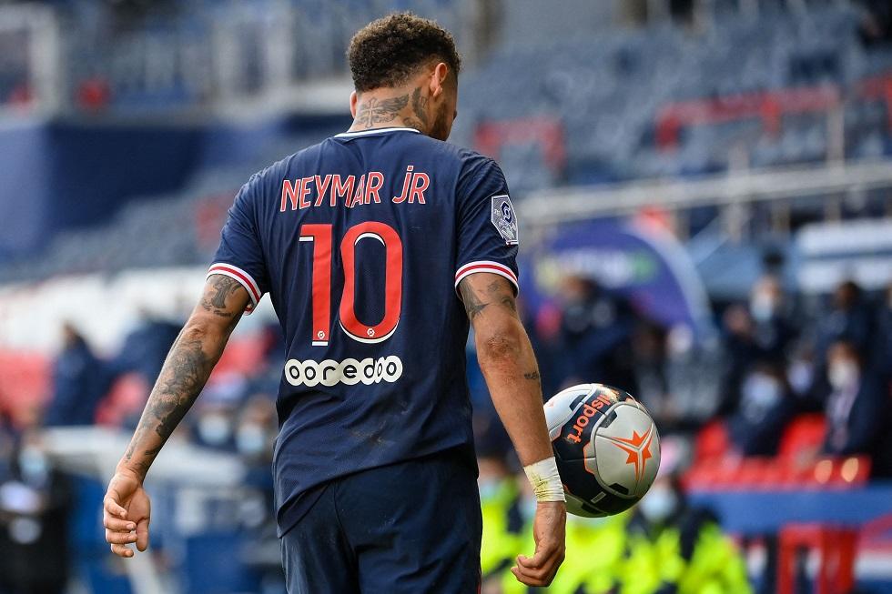 Paris Saint-Germain's Brazilian forward Neymar reacts after receiving a red card during the French L1 football match between Paris-Saint Germain (PSG) and Lille (LOSC) at the Parc des Princes Stadium in Paris, on April 3, 2021. / AFP / FRANCK FIFE